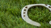 bem : old horseshoe on artificial grass Vídeos