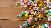 diretamente acima : chocolate easter eggs and drop candies on table Vídeos