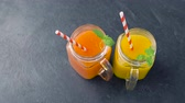 планировка : close up of fresh juices in mason jar glasses Стоковые видеозаписи