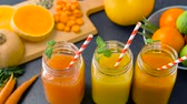 limão : close up of fresh juices in mason jar glasses Vídeos