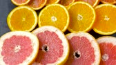 pompelmoes : close-up van grapefruit, sinaasappel, pomelo en limoen Stockvideo