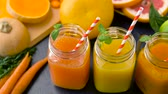 byliny : close up of fresh juices in mason jar glasses Dostupné videozáznamy