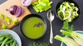 ervilha : close up of vegetable green cream soup in bowl