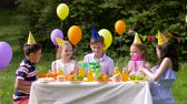 dando : kids giving presents to birthday child at party