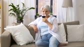 não alcoólico : senior woman drinking red wine from glass at home