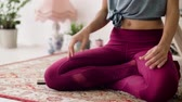 meditar : woman with smartphone meditating at yoga studio