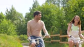 велосипед : happy friends riding fixed gear bicycles in summer