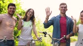 fixní : friends with fixed gear bicycles waving hands