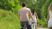 велосипед : friends riding fixed gear bicycles in summer Стоковые видеозаписи