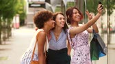 indiano : women with shopping bags taking selfie in city Stock Footage