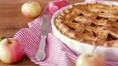 serviette de table : close up of apple pie and knife on wooden table