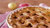 guardanapo : close up of apple pie and knife on wooden table