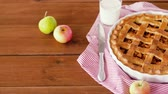 испечь : close up of apple pie and glass of milk on table
