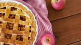 diretamente acima : close up of apple pie on wooden table