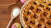 hidratos de carbono : close up of apple pie on wooden table