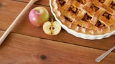 łyżka : close up of apple pie on wooden table