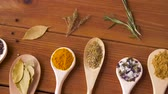 непосредственно : spoons with different spices on wooden table Стоковые видеозаписи