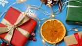 diretamente acima : christmas gifts and decorations on blue background