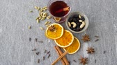 diretamente acima : hot mulled wine, orange slices, raisins and spices