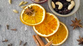 семя : hot mulled wine, orange slices, raisins and spices
