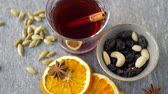 semente : hot mulled wine, orange slices, raisins and spices