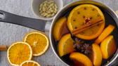 diretamente acima : pot with hot mulled wine, orange slices and spices