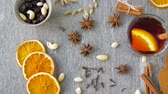 laranja : hot mulled wine, orange slices, raisins and spices