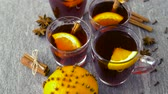 não alcoólico : glasses of hot mulled wine with orange and spices