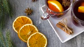 diretamente acima : glasses of hot mulled wine with orange and spices