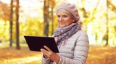 yaşlanma : senior woman with tablet pc at summer park