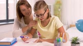 matemática : mother and daughter doing homework together