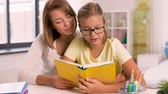 literatura : mother and daughter doing homework together
