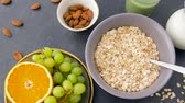 diretamente acima : healthy breakfast of oatmeal and other food