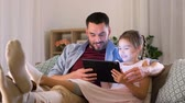 подключение : father and daughter with tablet pc at home Стоковые видеозаписи