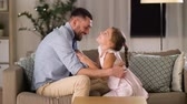 parentalidade : father and daughter tickling and having fun Stock Footage