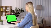 anahtar : woman typing on laptop with green screen at home