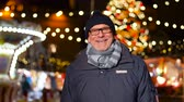 dede : happy senior man smiling at christmas market