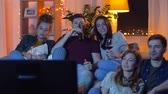 não alcoólico : friends with drinks and snacks watching tv at home Stock Footage