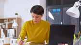 bloco de notas : businesswoman writing to notebook at office Vídeos
