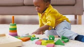 bloco : african american baby boy playing with toy blocks