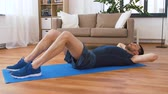 腹部 : man making abdominal exercises at home