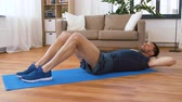 mide : man making abdominal exercises at home
