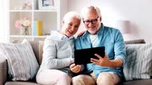 video llamada : senior couple having video call on tablet computer