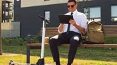 prohlížení : businessman with tablet computer, bag and scooter