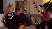 fakkel : kids in halloween costumes playing at home Stockvideo