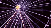 magie : Draaiende Big Wheel-clip, geïsoleerde shoot in de nacht, buiten, realtime.