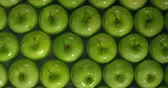 iştah : Beautiful green apple in water background. Stok Video