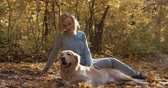 brinquedos : Young female playing with labrador golden retriever dog in park, slow motion Stock Footage
