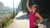 hidratar : young woman drinking a water after  jogging
