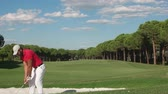 зеленый : young healthy golfer hitting golf shot with club on course